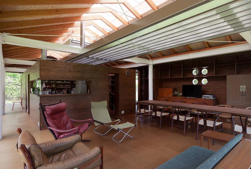リビング 一番の明りは変わらない位置から。 H2O設計室 ( H2O Architectural design office ) インダストリアルデザインの リビング