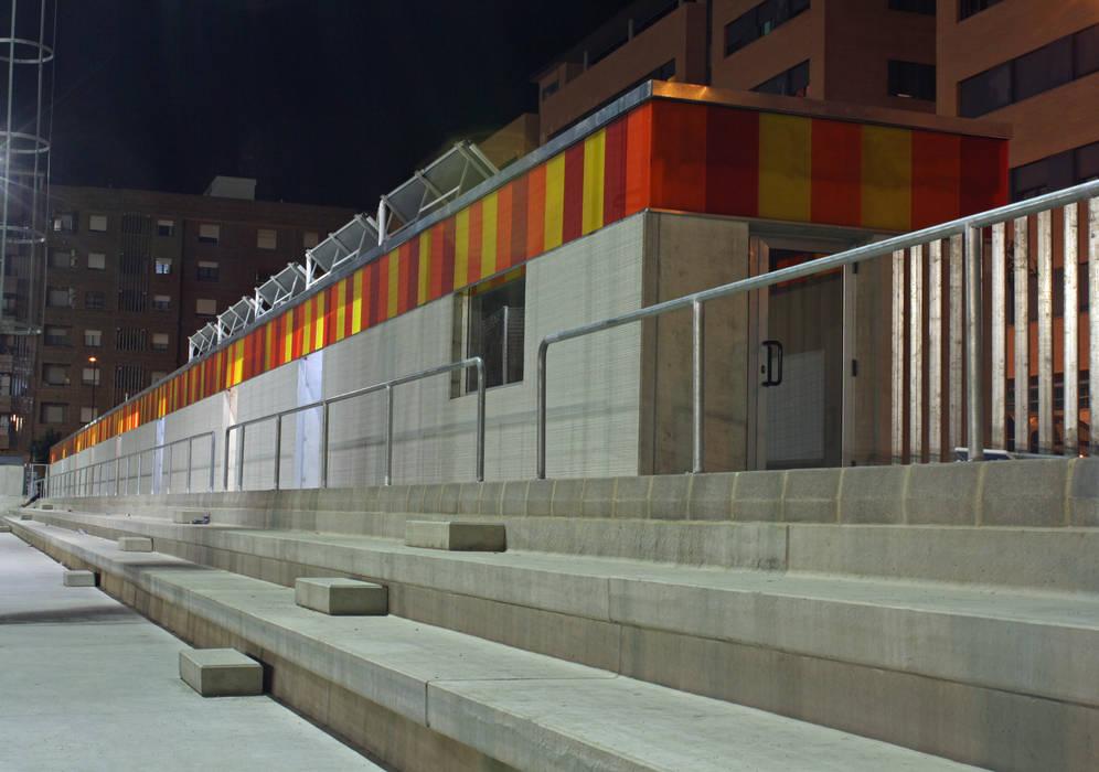 Vestuarios y campo de fútbol San Gregorio B_03: Estadios de estilo  de miguel cosín