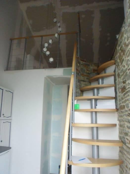 L'escalier: Couloir et hall d'entrée de style  par Christèle BRIER Architechniques