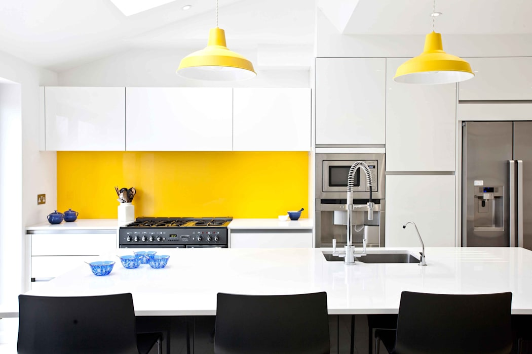 White, black, stainless steel and a vibrant splash of yellow. by homify Modern