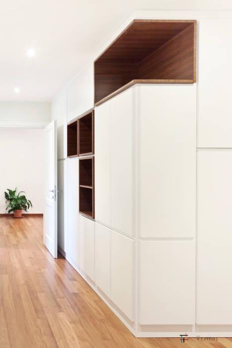 Pasillos, vestíbulos y escaleras de estilo moderno de Tramas Moderno