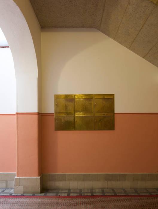 Eingang Briefkästen Klassischer Flur, Diele & Treppenhaus von Gabriele Riesner Architektin Klassisch