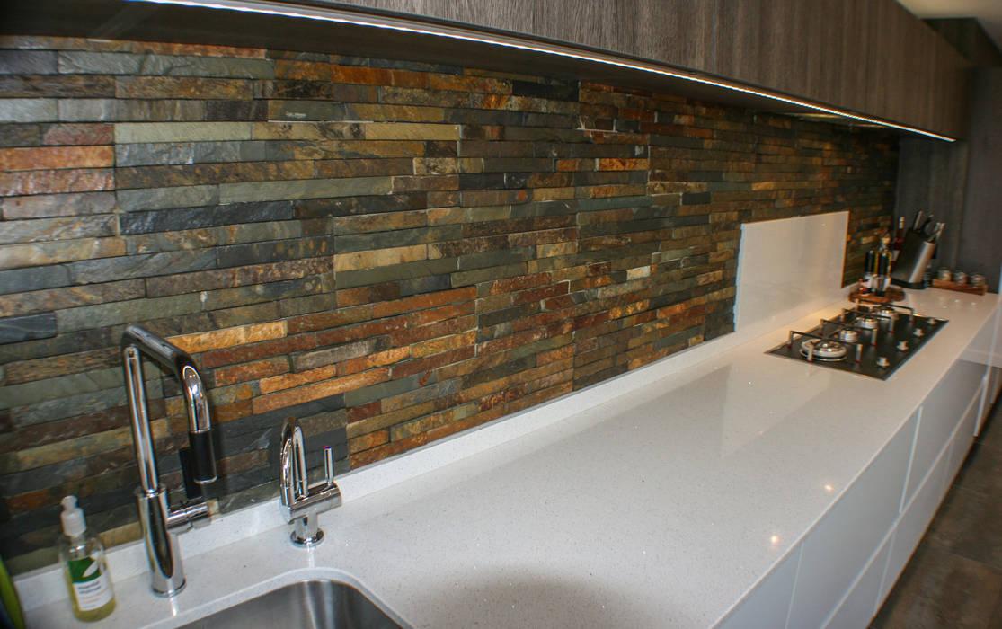 White Gloss & Latte Oak: modern Kitchen by Creative Designs