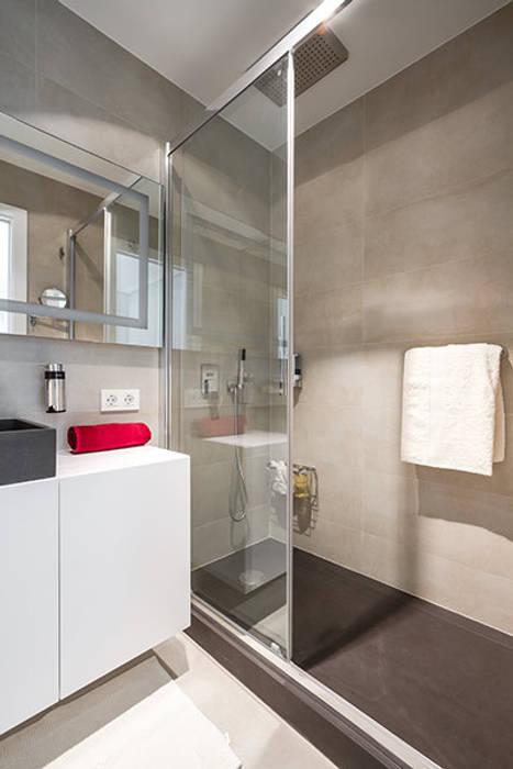 Baño en pizarra gris: Casas de estilo moderno de Laura Yerpes Estudio de Interiorismo