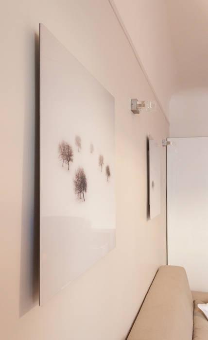 Le salon: Salon de style de style Moderne par Décoration Parisienne