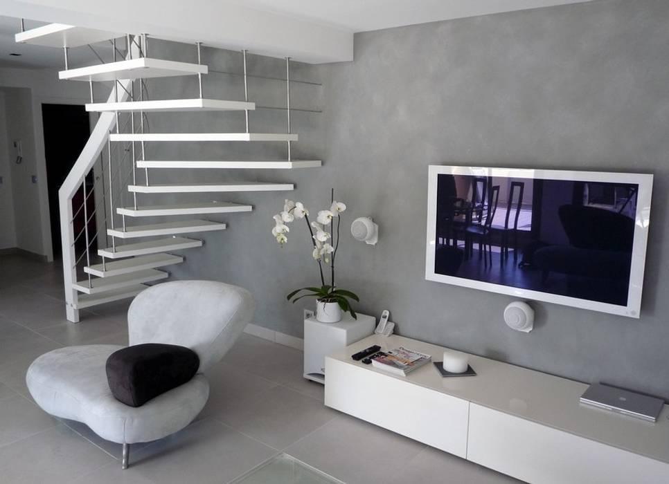 Escalier suspendu sur mesure: Couloir et hall d'entrée de style  par ASCENSO
