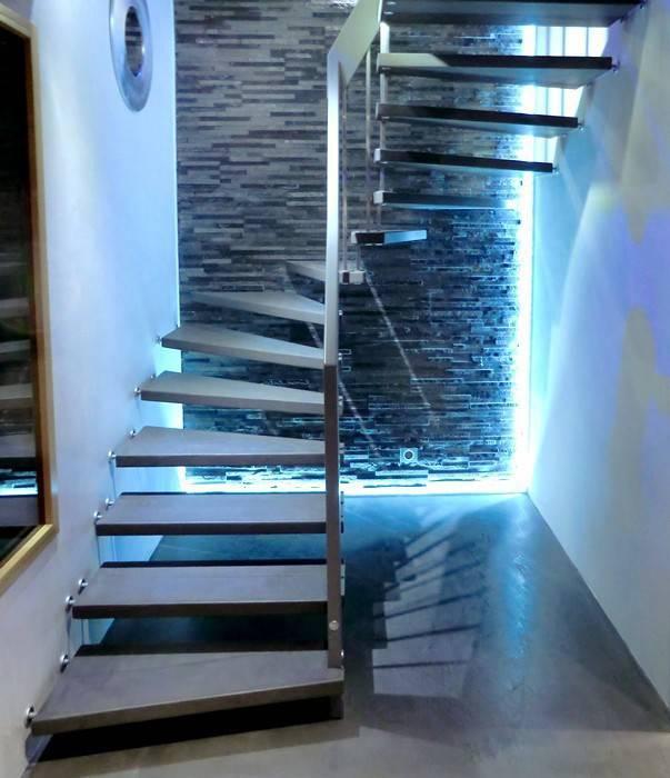 Escalier suspendu marches béton: Couloir et hall d'entrée de style  par ASCENSO