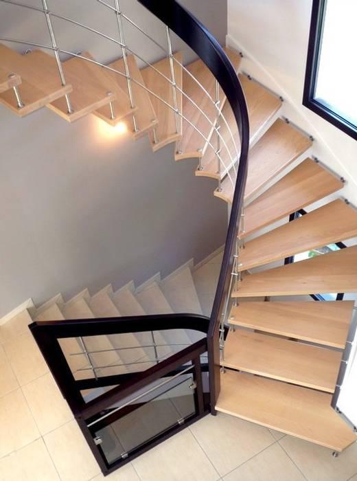 Escalier suspendu avec main courante teintée: Couloir et hall d'entrée de style  par ASCENSO