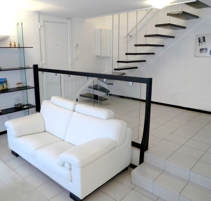 Escalier suspendu en harpe inox Couloir, entrée, escaliers modernes par ASCENSO Moderne