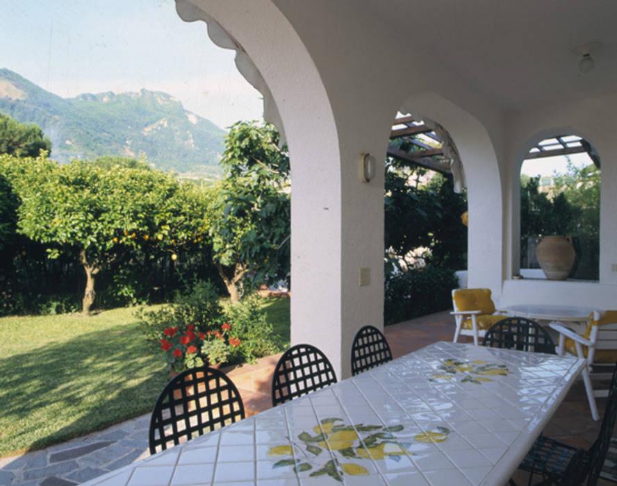 Patio - giardino: Terrazza in stile  di Venezia Tre