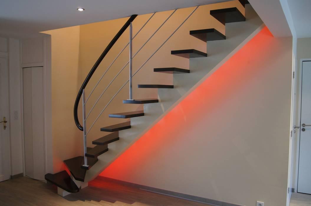 Limon central : Couloir et hall d'entrée de style  par ADIBOIS