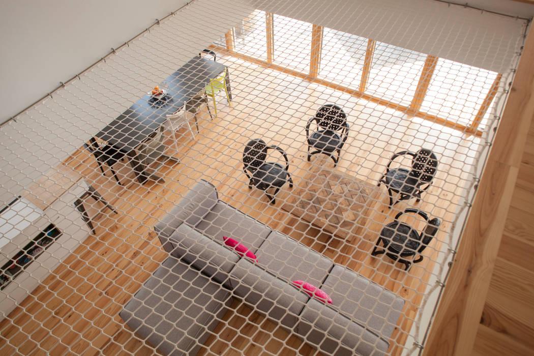 Ruang Keluarga oleh POLY RYTHMIC ARCHITECTURE, Modern