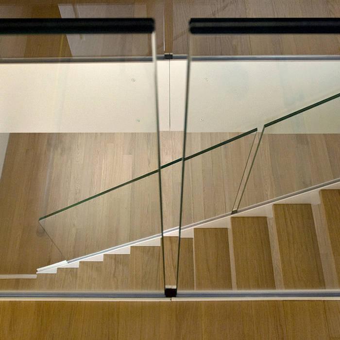 Scala realizzata da NIVA-line: Ingresso & Corridoio in stile  di Ni.va. Srl