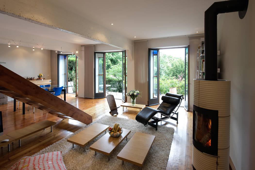 Salon ouvert sur la terrasse Salon moderne par Fables de murs Moderne