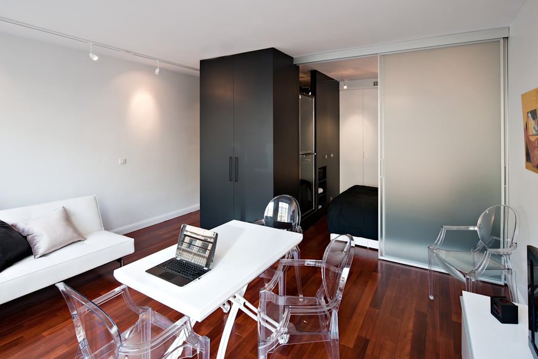 Studio avec espace de couchage indépendant: Salon de style  par Fables de murs