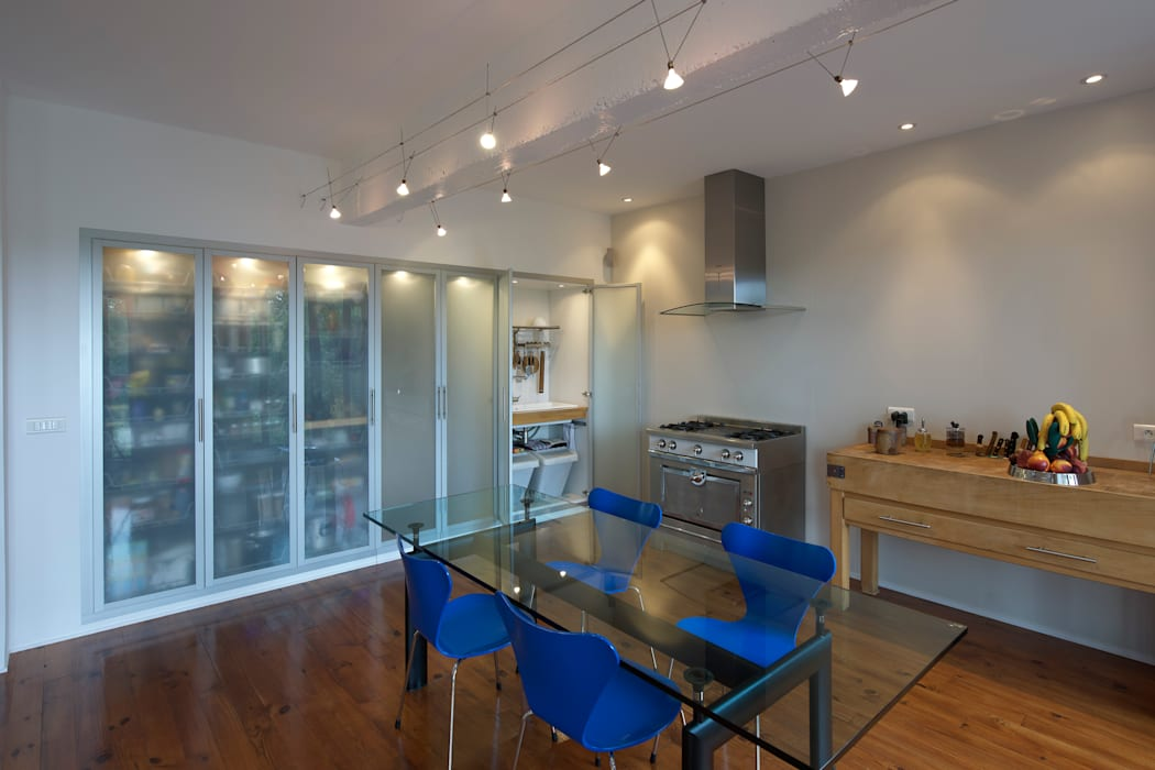 Une cuisine cachée: Salon de style de style Moderne par Fables de murs