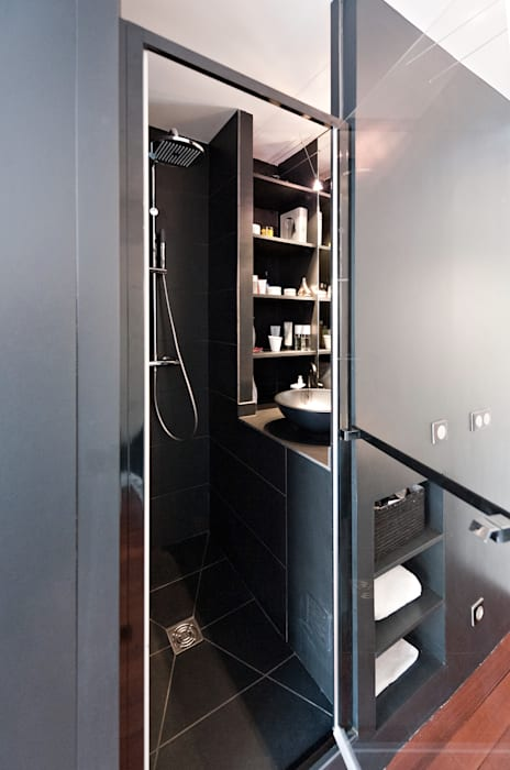 Salle d'eau ultra compacte: Salon de style  par Fables de murs