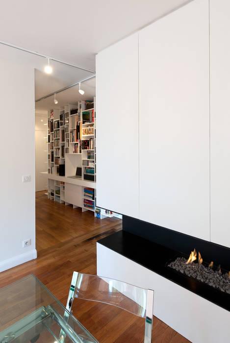 Une cheminée contemporaine: Salle à manger de style  par Fables de murs