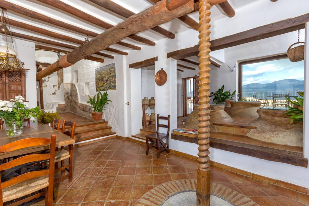 Mediterranean rustic living room Comedores de estilo rústico de Espacios y Luz Fotografía Rústico