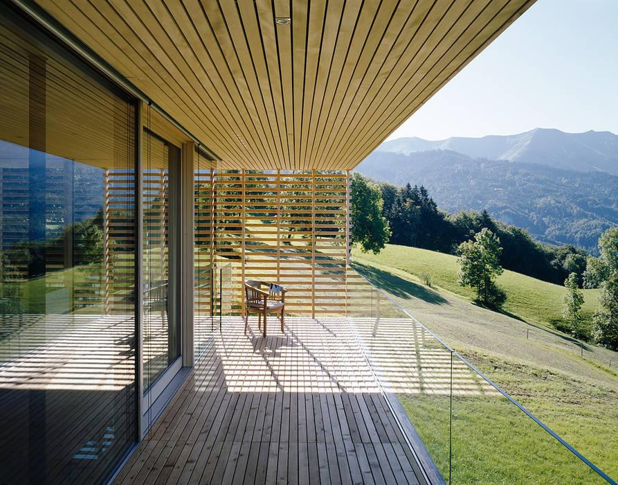Haus A Dietrich   Untertrifaller Architekten ZT GmbH Moderner Balkon, Veranda & Terrasse