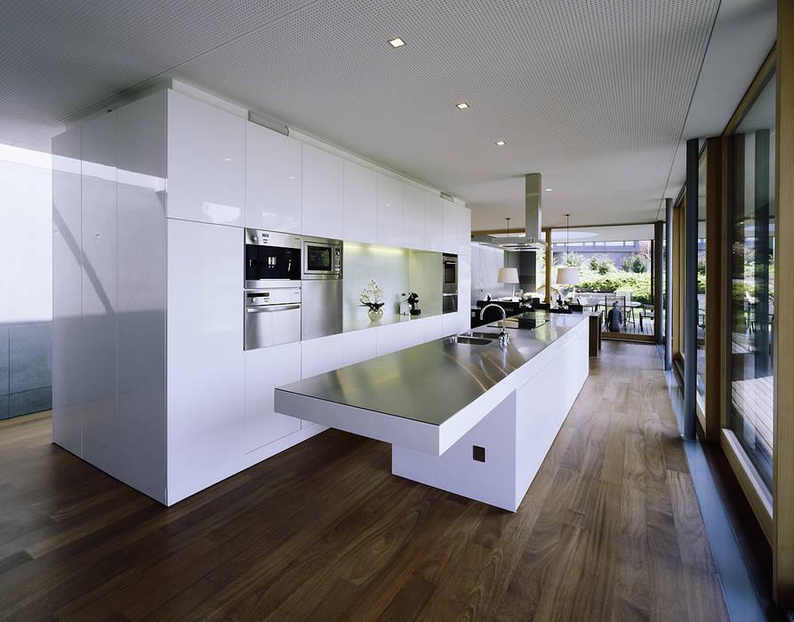 Cozinhas modernas por Dietrich   Untertrifaller Architekten ZT GmbH Moderno