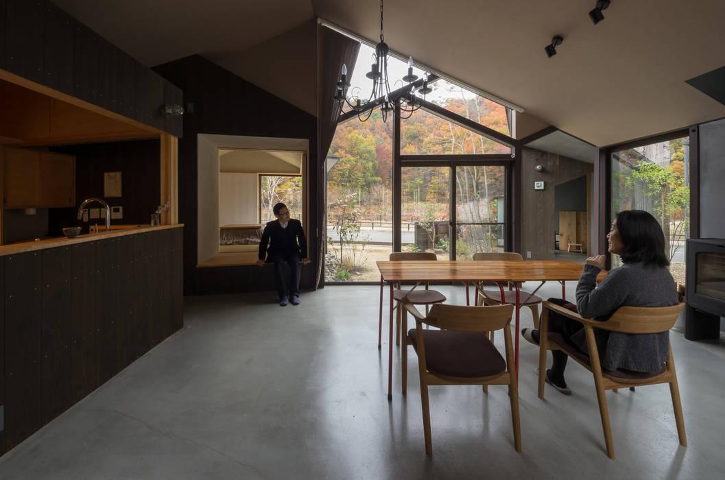 Modern dining room by 間工作舎 Modern