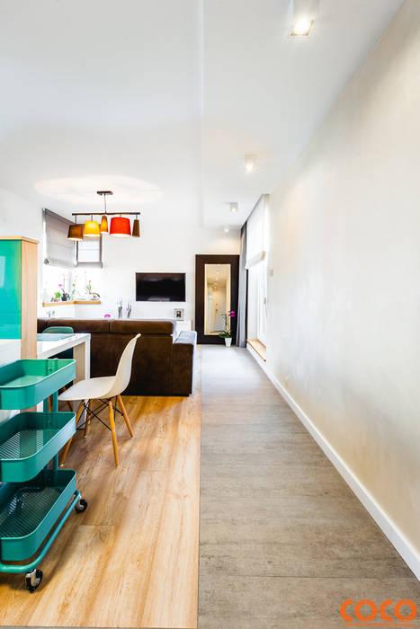 Lazurowe mieszkanie: styl , w kategorii Salon zaprojektowany przez COCO Pracownia projektowania wnętrz,Nowoczesny