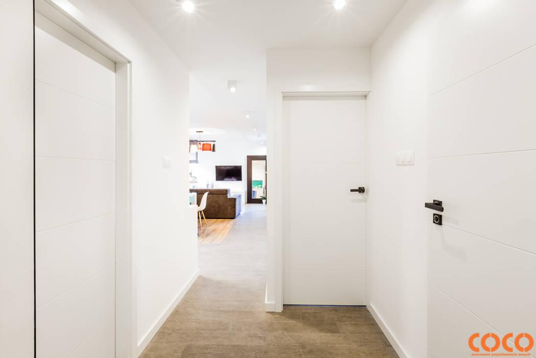 Lazurowe mieszkanie: styl , w kategorii Korytarz, przedpokój zaprojektowany przez COCO Pracownia projektowania wnętrz,Nowoczesny
