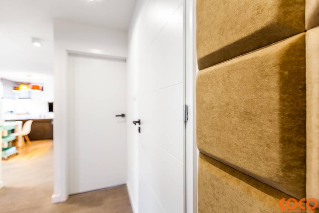 Lazurowe mieszkanie Nowoczesny korytarz, przedpokój i schody od COCO Pracownia projektowania wnętrz Nowoczesny
