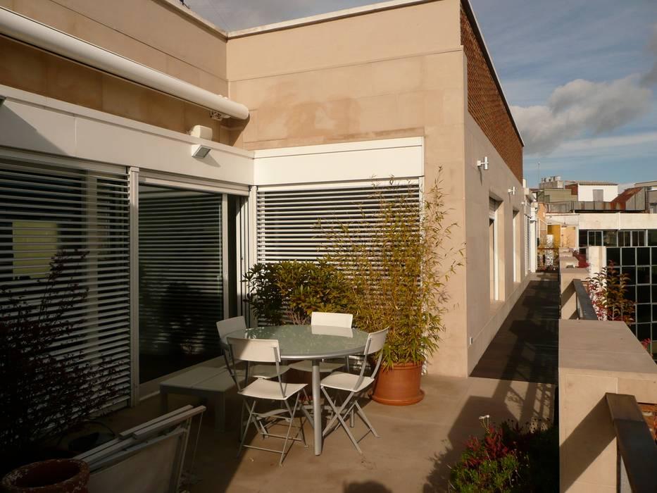 Maroto e Ibañez Arquitectos Minimalist balcony, veranda & terrace