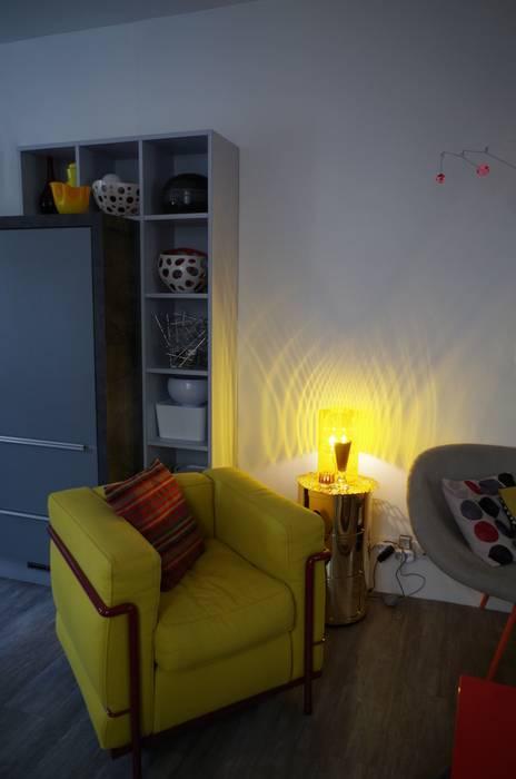 Créer des liaisons tout en marquant les fonctions: Salon de style de style Moderne par Christèle BRIER Architechniques