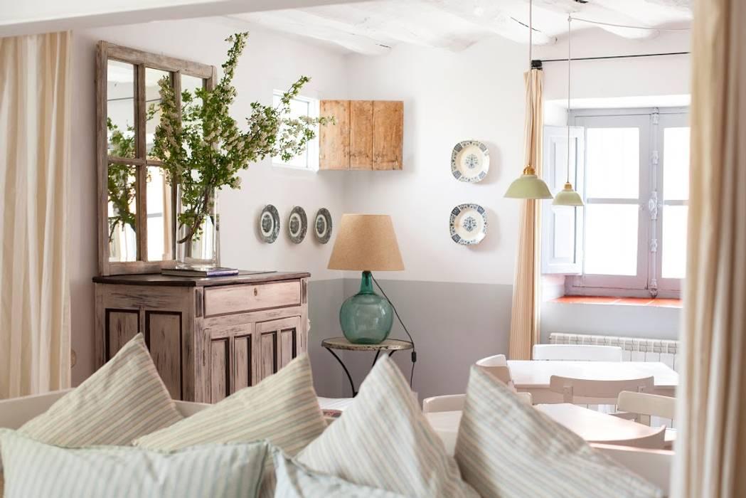 Salas de estar mediterrâneas por Casa Josephine Mediterrâneo