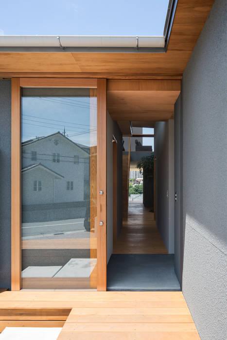 Pasillos, vestíbulos y escaleras modernos de 建築設計事務所SAI工房 Moderno