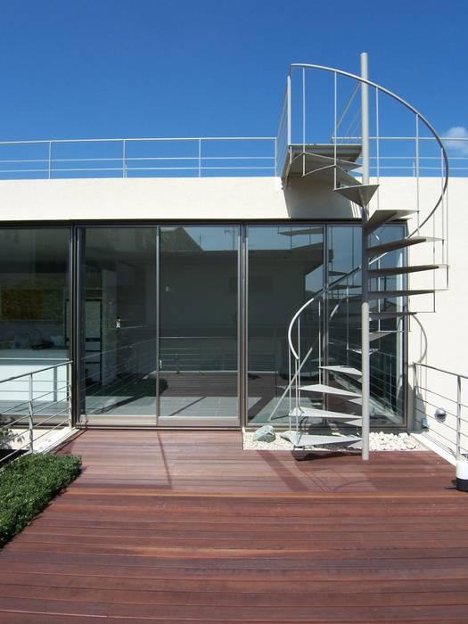 Balcones y terrazas modernos de 株式会社 コンパス建築工房 Moderno
