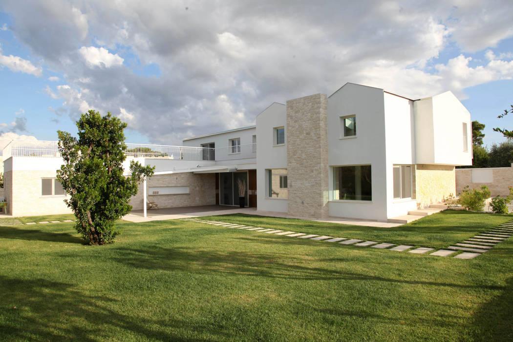 """una """"moderna masseria"""" pugliese: Case in stile  di m12 architettura design"""