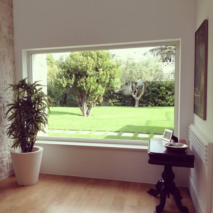 interno/esterno Giardino in stile mediterraneo di m12 architettura design Mediterraneo