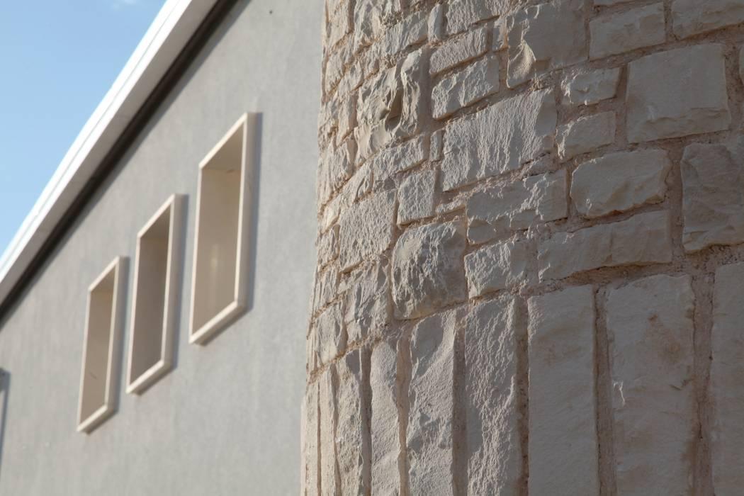 una torre rivisitata: Case in stile in stile Mediterraneo di m12 architettura design