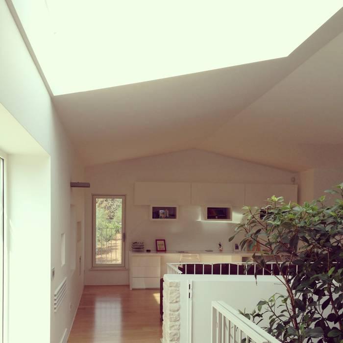 lo spazio jolly: Sala multimediale in stile  di m12 architettura design