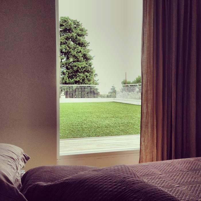 la camera con terrazza giardino: Terrazza in stile  di m12 architettura design