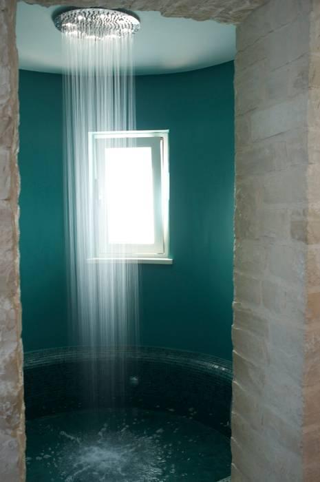 la torre con vasca/doccia: Bagno in stile  di m12 architettura design