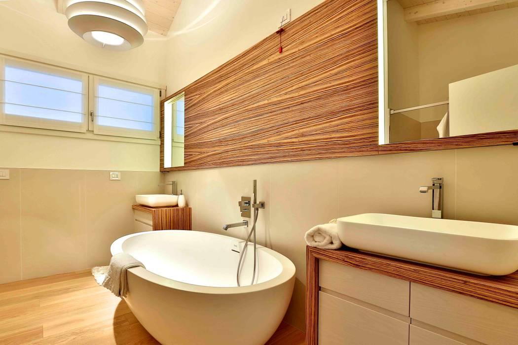 Classic style bathroom by Marlegno Classic Wood Wood effect