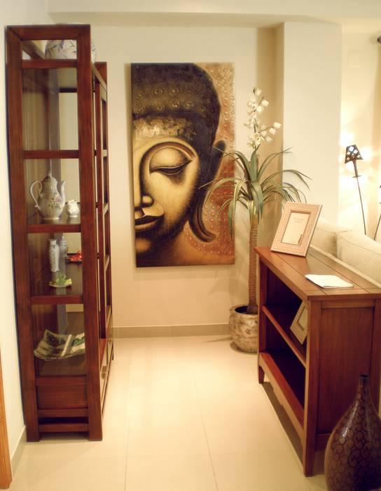 VISTA FRONTAL DE LA PARED DE FONDO DEL SALÓN: Salones de estilo  de Ámbar Muebles