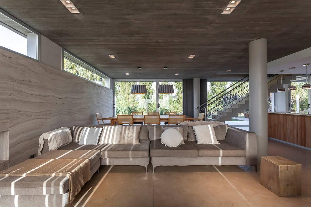 CASA HARAS Livings modernos: Ideas, imágenes y decoración de ESTUDIO GEYA Moderno
