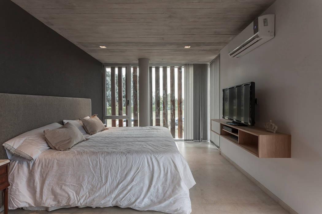 CASA HARAS: Dormitorios de estilo  por ESTUDIO GEYA