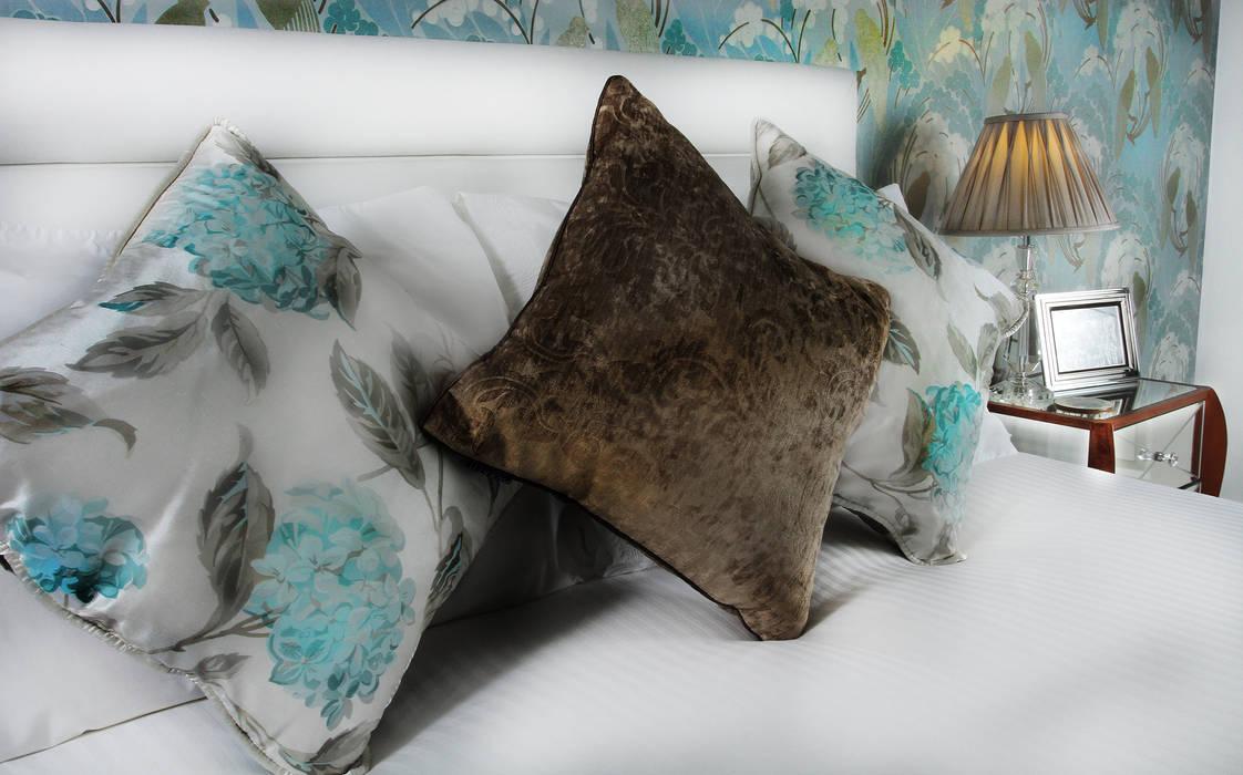 Bedroom Serene:  Bedroom by Tracey Andrews Interiors