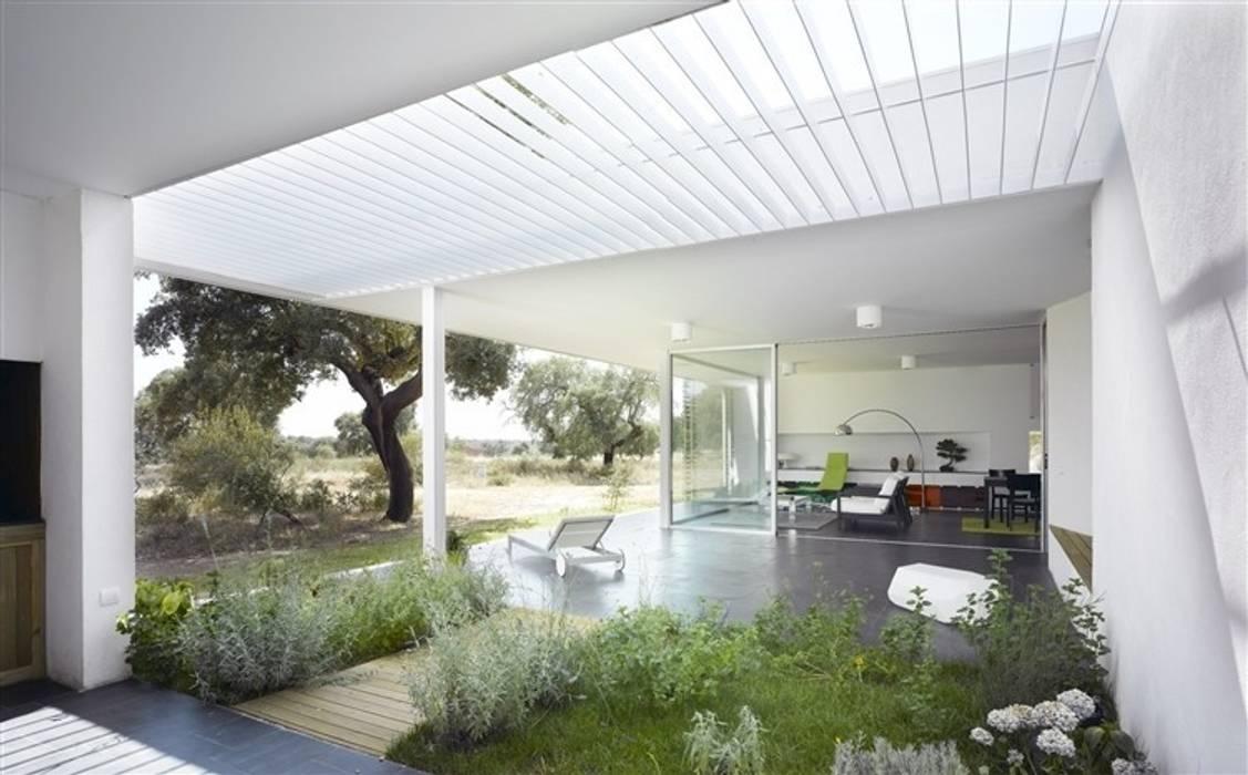 Porche y jardín de aromáticas: Jardines de estilo  de Murado & Elvira