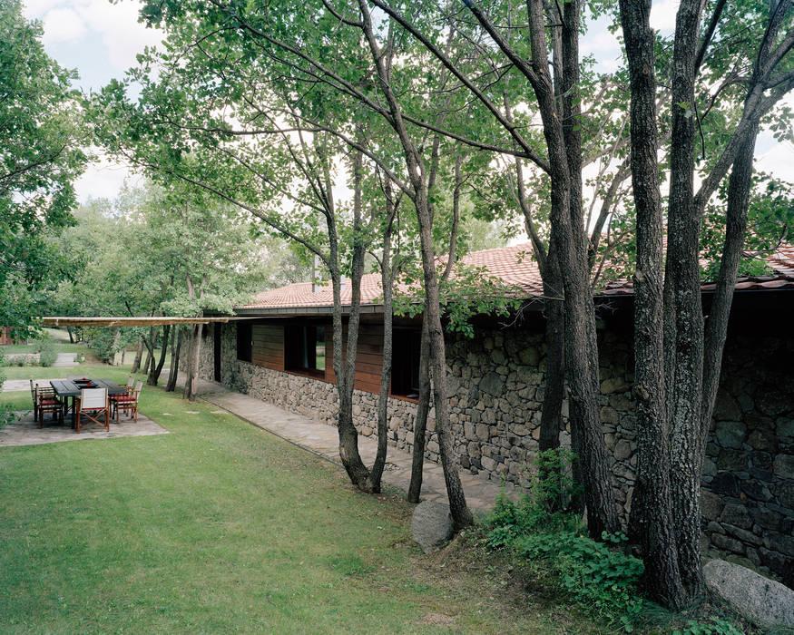 Vivienda unifamiliar: Jardines de estilo rural de SANTI VIVES ARQUITECTURA