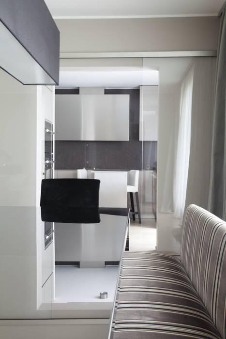 verso la cucina: Sala da pranzo in stile in stile Moderno di STUDIO PAOLA FAVRETTO SAGL - INTERIOR DESIGNER
