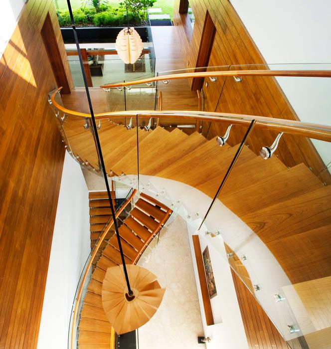 MEERA SKY GARDEN HOUSE Modern corridor, hallway & stairs by Guz Architects Modern