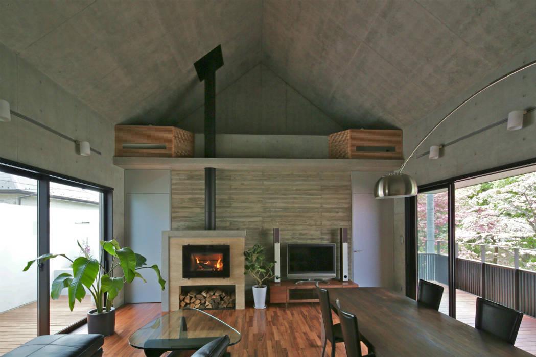 现代客厅設計點子、靈感 & 圖片 根據 岩瀬アトリエ建築設計事務所 有限会社 現代風